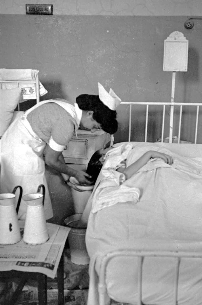 Enfermera atendiendo a una paciente