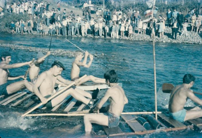 Niños en un bote casero en competencia