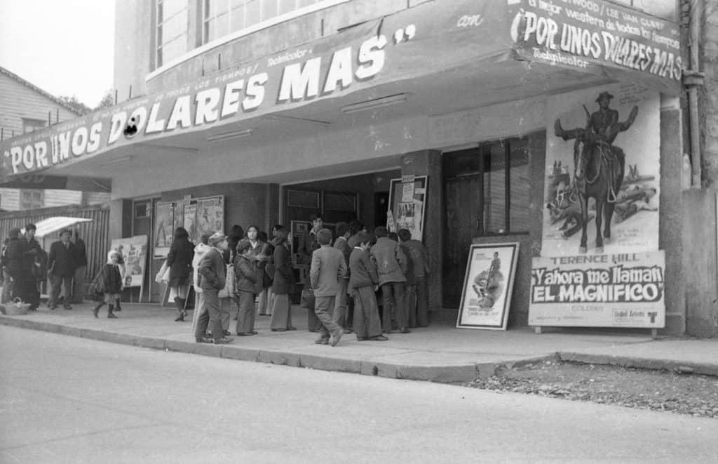 Grupo de niños esperando para entrar al cine, La Unión.