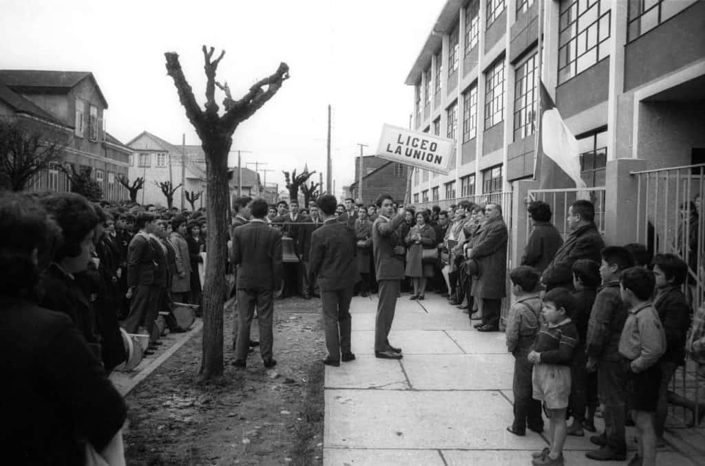 Fotografìa de alumnos protestando frente a una escuela en la unión